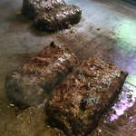 厚切りステーキたわらや - 半分にカットして断面を焼きます! 提供時はレア状態。 『さわやか』の『げんこつハンバーグ』に似ています。