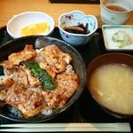 Higashiyamatorihachi - 地鶏のやきとり丼 950円、味噌汁、小鉢、お新香、フルーツが付きます