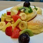 幸せのパンケーキ - ★★★☆ 季節のフルーツパンケーキ スポンジの様なふぁっふぁの生地です