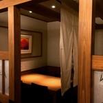 輝らく 伏見 - 暖簾をかけ半個室にいたします