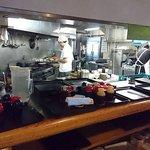 キッチン エム - キッチン M @日本橋兜町 店内 オープン厨房の手前のカウンターでお盆で料理を引取ります