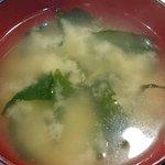 キッチン エム - キッチン M @日本橋兜町 ランチに付く豆腐と若芽の味噌汁