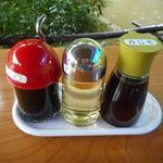 日本一うまいところてん - 卓上の醤油、酢、青じそ