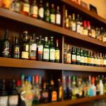 パジャッソ - ドリンク写真:カウンターに並ぶ、ボトルの数々