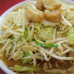 新京 - 国士無双ハーフ味噌  飴色のニンニク粒がトッピングされた一目でベトコンと分かるビジュアル  野菜をしっかり食べて炭水化物に到達するので案外理にかなってる食べ物かも