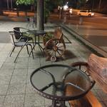 エチエンヌ - お店の前のテーブル席