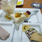 56795252 - 前菜5種(とうもろこしのムースと生うに、根セロリとちりめん山椒サラダ、焼きサンマのテリーヌ、パテドカンパーニュ、フォアグラのブリュレ黒イチジクコンポート添え)