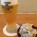 56805395 - 生ビール小370円、お通しの海老芋のポテトサラダ200円。(外税)
