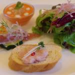 Noel - 前菜は赤パプリカのムース、メカジキのカルパッチョ、生ハムパテのカナッペ