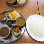 インド食堂 チチル&シシリ - ネパール定食1,430円(ラッシー付)にしました。 辛さは7段階中いちばん辛いのにしてもらいました。