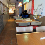 インド食堂 チチル&シシリ - 奥行きが長いお店で、ゆったり過ごせます。 入ってすぐのところには、カウンター席もあります。