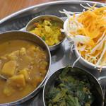 インド食堂 チチル&シシリ - 豆・タケノコ・ポテトの酸味が効いたカレー・アチャール・ほうれん草のスパイス炒め・サラダ。