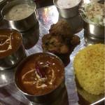 AKASH - Aランチ全体。下から左周りで野菜カレー、チキンカレー、スープ、マンゴープリン、サラダ、サフランライス、中央にチキンティッカ
