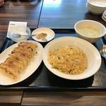 56814557 - 珉珉セット830円也。投げやりなザーサイ、焼きの甘い餃子、油じっとりのチャーハン。