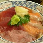 磯丸水産 天満駅前店 - まぐろとサーモンの4色丼