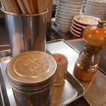 青島食堂 - 卓上の調味料