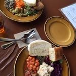 ステーションカフェ バーゼル - テーブル、プレートの色が同化して美味しそうに見えない、、、