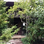 56826926 - お庭からの入口風景