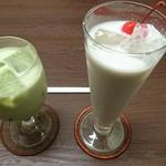 珈琲西武 - アイス抹茶ミルク                             (写真左)                             バナナ特製ジュース                             (写真右)