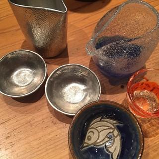 オシャレな酒器で日本酒を。日本各地の器で料理を。