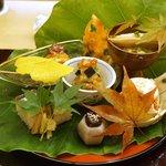 銀座 奥田 - 八寸:わたりがにのジュレ、細切りあわび、秋刀魚の棒鮨、いちぢくの白和え、里芋、丹波の黒豆の図んだ和え、穴子