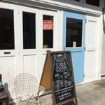 デイリーズ マフィン - 白と水色のドアが目印