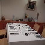 西洋料理 島 - 店内テーブル席