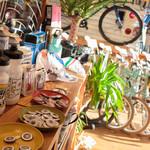 Rinz TOKYO - 爽やかな内観。 綺麗な自転車やアイテムが並ぶ。