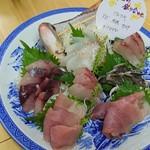 奏 - ×刺身の盛り合わせにはお魚の種類が手書きされています
