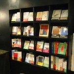 サロンド・冨山房ティールームFolio - 店内の本は、ご自由にご覧いただけます