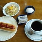 RR - 料理写真:ブレンドコーヒー(350円)とホットドッグ付きのCモーニング(150円)