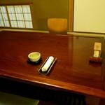 懐石 辻留 - 襖戸の左手には茶室扉の障子戸が仕立てられて茶室の趣きあり
