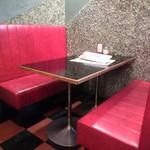デモデダイナー - 真っ赤な革製のソファ