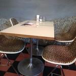 デモデダイナー - ヒョウ柄の椅子