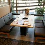 焼肉なべしま - テーブル席。