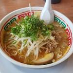 56880917 - トッピングてんこ盛りでスープの味わいもいいじゃないかん☆麺はくちなしのやより太麺で加水多し、ゆえにのびにくいぞん
