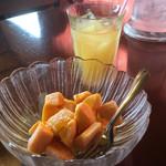 カフェくるくま - スイーツセット730円(マンゴーの森とパイナップルジュース)