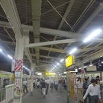 56894553 - いざ混み合う駅ホームを歩いて改札フロアへと階段を下っていきます。