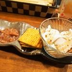 桃谷温酒場 - レアチーズ豆腐の塩辛とクラッカーセット
