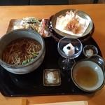 手打蕎麦 一澤 - そば盆に載った「天ぷらそば」