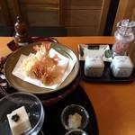 手打蕎麦 一澤 - 海老天、ごま豆腐付き、塩、岩塩