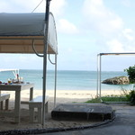 56899184 - 浜辺に並ぶオープンエアのテーブル。