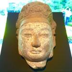 NEZUCAFE - 菩薩立像のクビ(中国 6世紀/本館1Fホール)良く見かける顔です