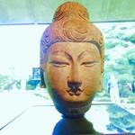 NEZUCAFE - 如来坐像の頭(中国 8世紀/本館1Fホール)おすまし顔が浅野○信に似てなくもない