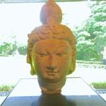 NEZUCAFE - 菩薩坐像の頭部(中国 8世紀/本館1Fホール)