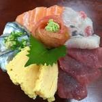56904951 - 【2016.9.23】溢れんばかりの海鮮丼¥1850。