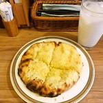 Spice食堂 - ガーリックチーズクルチャ (ミニ)とラッシーハイ