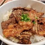 マルハのカルビ丼 - 牛、豚のお合盛り丼。特盛り900円・特盛りって割には寂しいお肉。。。