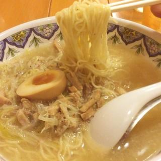 中国ラーメン揚州商人 横浜スタジアム前店 - 豚肉スープのこくネギラーメン 910円 麺の種類が3種選べて、柳麺という細麺を選びました。