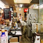 平野屋精肉店 - 店内(なかなかの人気ぶり)